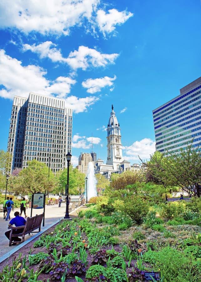 Przejście z fontanną i Filadelfia urząd miasta na backgrou zdjęcia royalty free