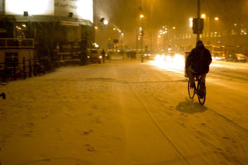 przejażdżkę rowerów zimy. obraz stock