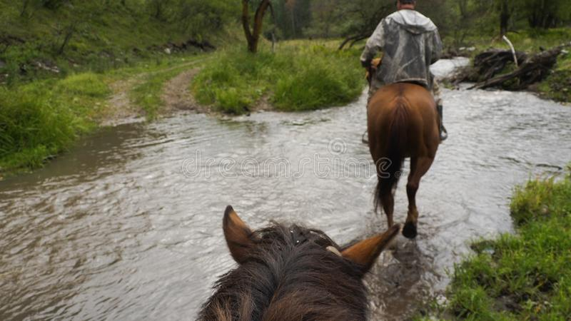Przejażdżka na koniu przez strumienia obrazy stock