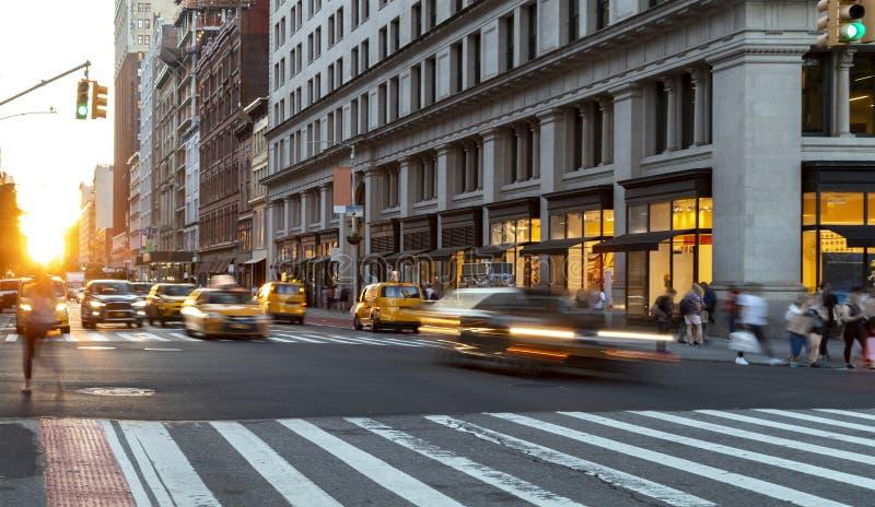 Przejazd przez ulicę Crosstown na Manhattanie w Midtown, obok tłumów ludzi na 23 ulicy w Nowym Jorku zdjęcie stock