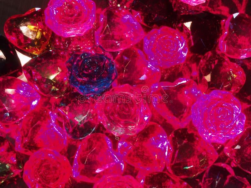 Przejrzyści barwioni dekoracyjni otoczaki rozpraszali na powierzchni zdjęcia stock