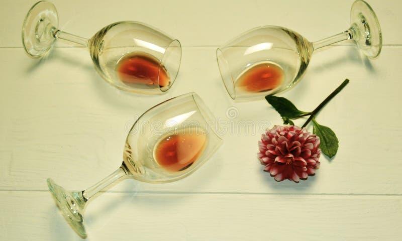 Przejrzyści szkła kłamają z czerwonym winem na białym tle zdjęcia royalty free