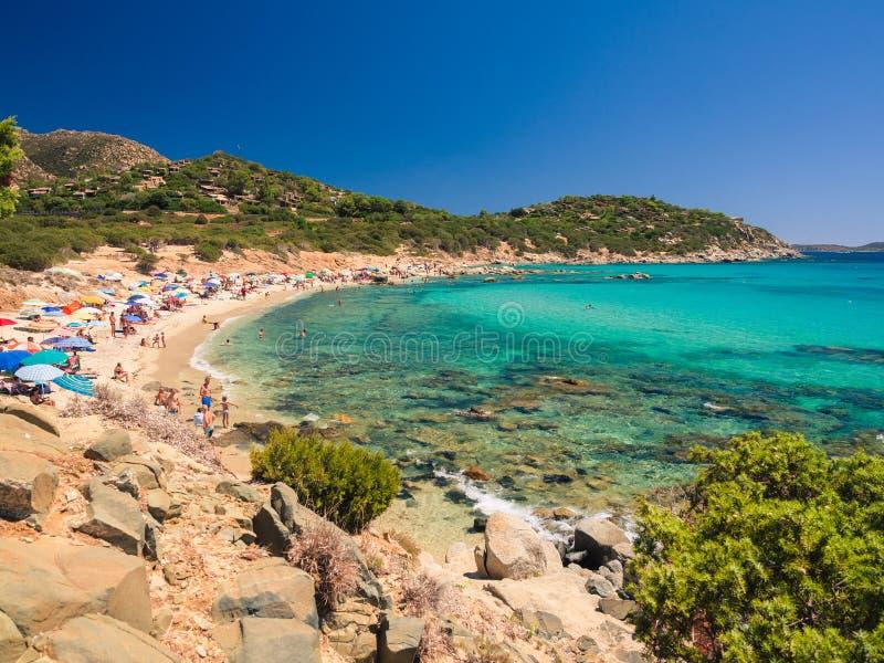 Przejrzysty i turkusowy morze w Villasimius Sardinia, Włochy obrazy stock