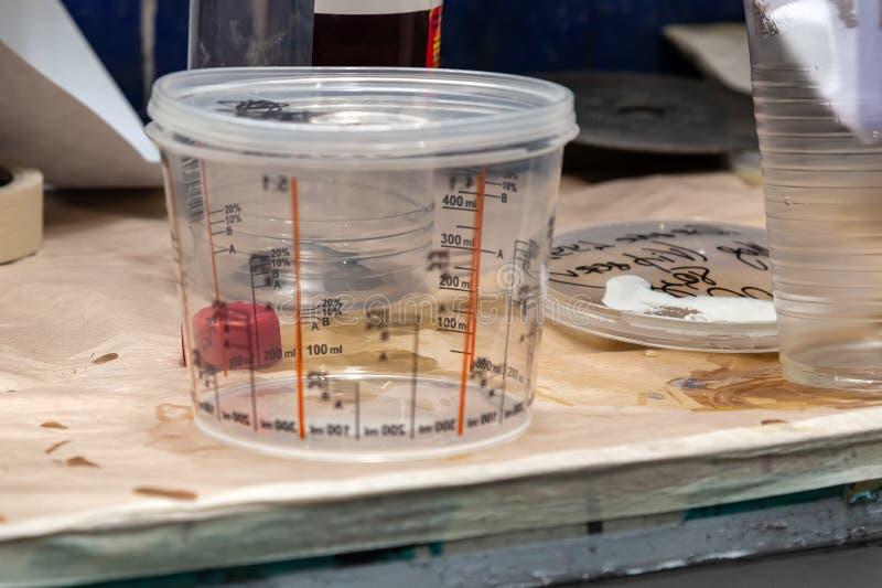 Przejrzysty klingeryt może z mierzyć paski dla i innych ciecze w samochodowym obrazie ważyć farbę i liczyć zdjęcia stock
