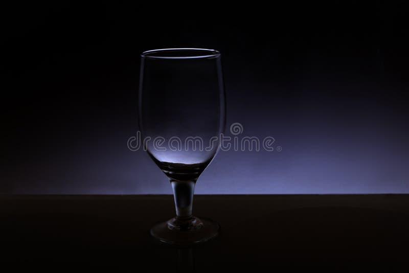 Przejrzysty odosobniony widzii chociaż wina szkło zdjęcia stock