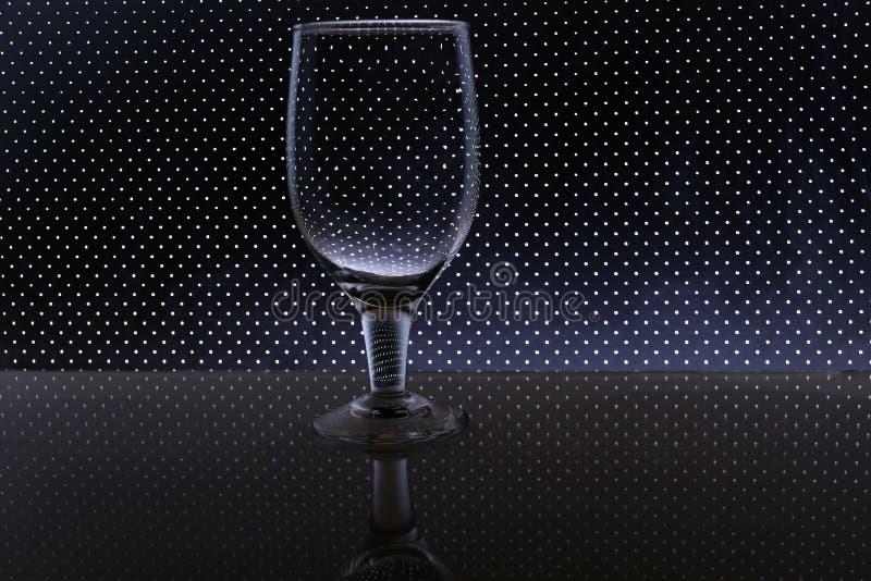 Przejrzysty odosobniony widzii chociaż wina szkło fotografia royalty free