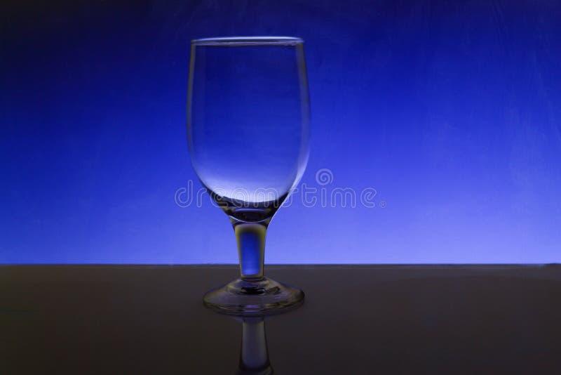 Przejrzysty odosobniony widzii chociaż wina szkło obraz stock