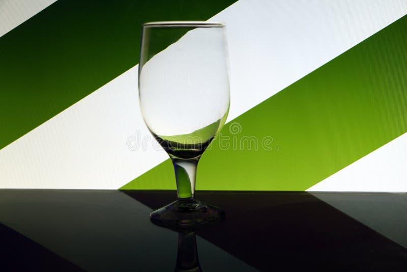 Przejrzysty odosobniony widzii chociaż wina szkło fotografia stock