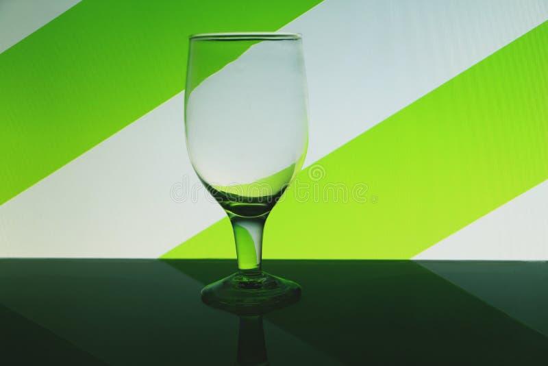 Przejrzysty odosobniony widzii chociaż wina szkło obraz royalty free