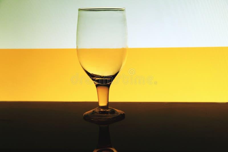 Przejrzysty odosobniony widzii chociaż wina szkło zdjęcie royalty free