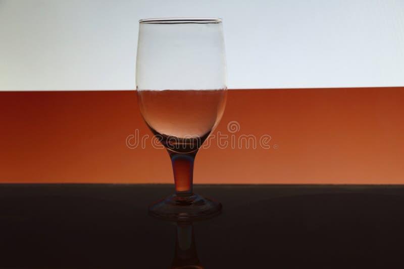 Przejrzysty odosobniony widzii chociaż wina szkło obrazy stock