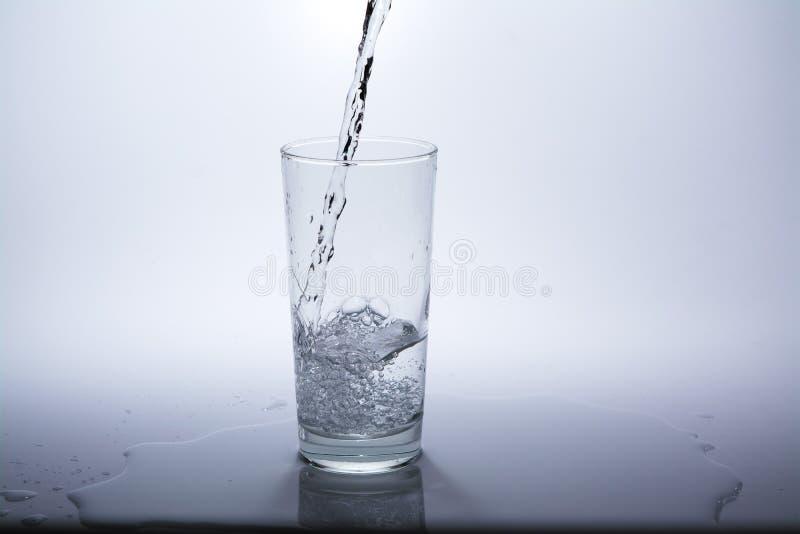 Przejrzysty szk?o z czyst? wod? pitn? zdjęcia royalty free