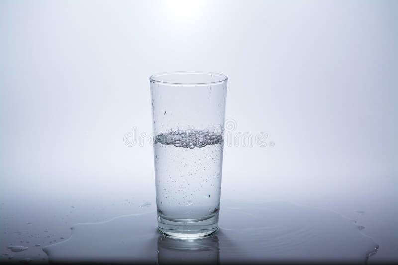 Przejrzysty szk?o z czyst? wod? pitn? zdjęcie stock