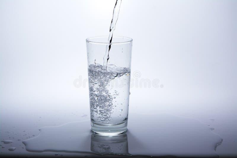 Przejrzysty szk?o z czyst? wod? pitn? zdjęcia stock