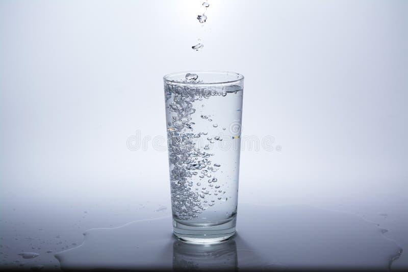Przejrzysty szk?o z czyst? wod? pitn? obrazy royalty free
