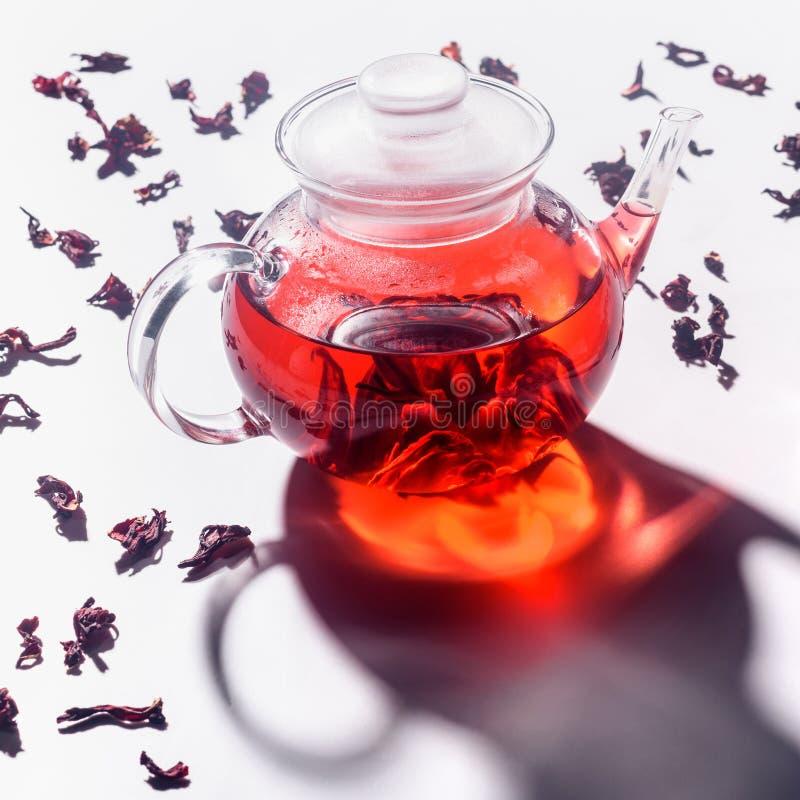Przejrzysty szklany teapot z poślubnik herbatą i rozrzuconą herbatą zdjęcie royalty free