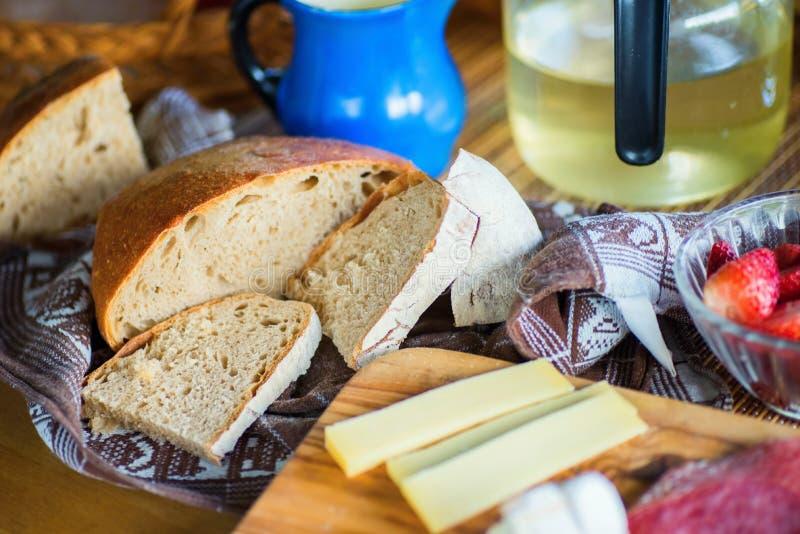 Przekąska lub śniadanie z pokrojonym chlebem, serem i salami, zdjęcie royalty free