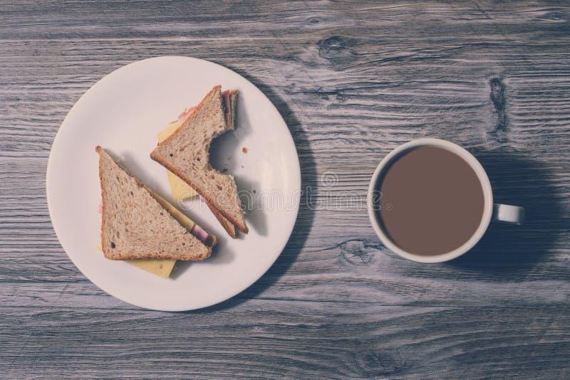 Przekąska odpoczynek relaksuje chłodzi out fasta food łasowania dżonki odżywiania niezdrowego pojęcie Przy pracą Gryźć serowa kan obrazy stock