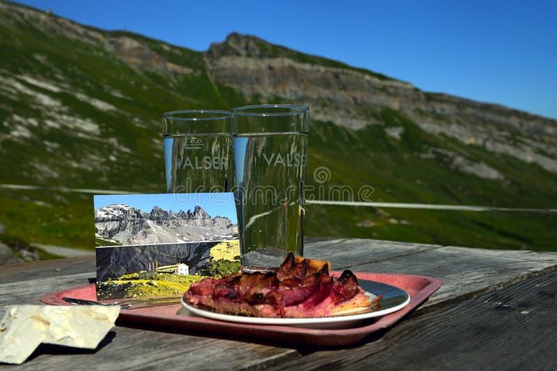 Przekąska przy Segneshutte, Alp Nagens, Graubunden, Szwajcaria obrazy stock