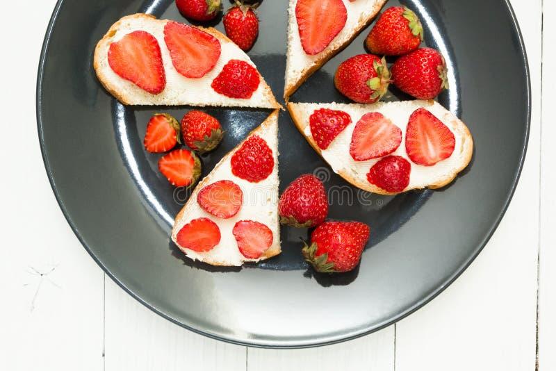 Przekąski świeże kanapki z truskawkami na białym stole Zdrowy śniadanie, odgórny widok zdjęcie stock
