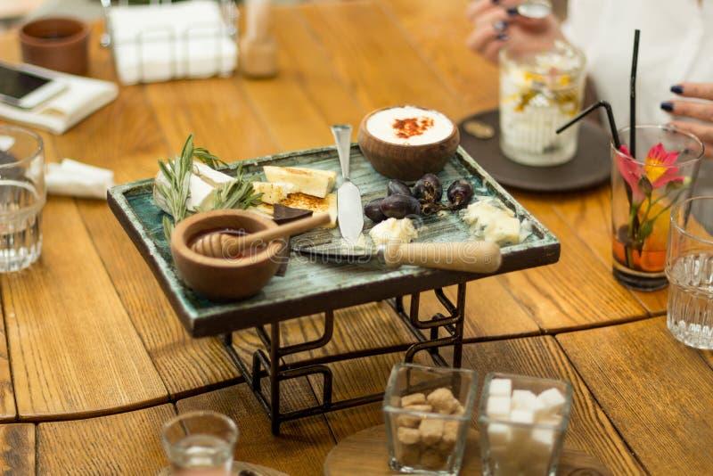 PrzekÄ…ski na stole w restauracyjnej, selekcyjnej ostroÅ›ci, zdjęcie royalty free
