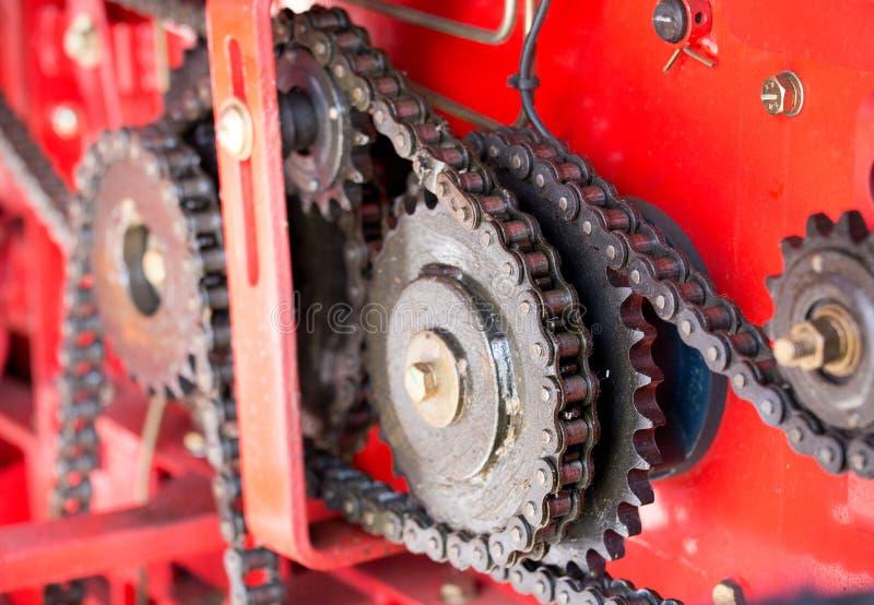 Przekładnie i łańcuchy na czerwonym tle obraz stock