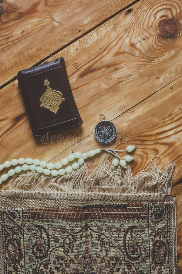Przek?ad: ?wi?ty koran Tradycyjnej muzu?ma?skiej modlitwy ustalony plik Modlenie dywan, r??an?w koraliki, ma?a wersja ?wi?ty kora fotografia stock