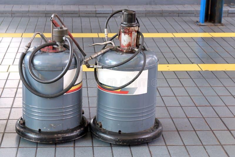 Przekazu nafciany zbiornik refilling przy samochodowym remontowym usługowym centrum obsługowy samochód lub nieociosany tłuszcza w zdjęcia stock