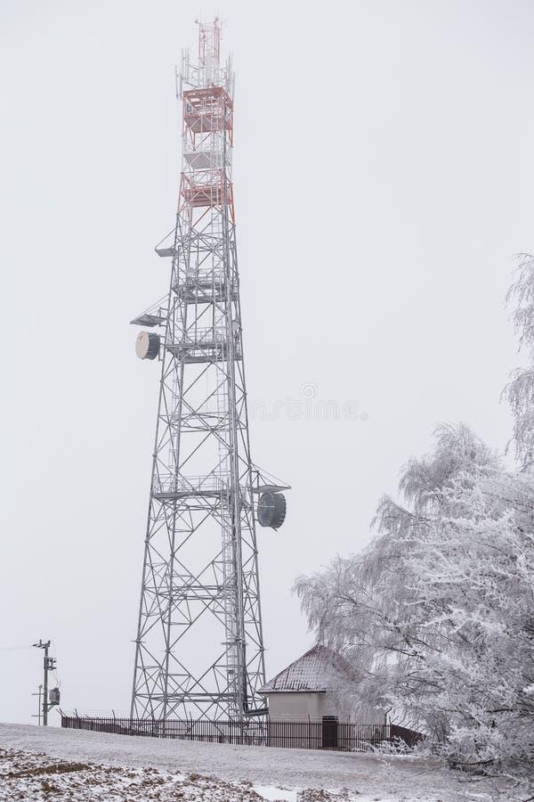 Przekazu wierza w zimie, telekomunikacje góruje z komórką obraz stock