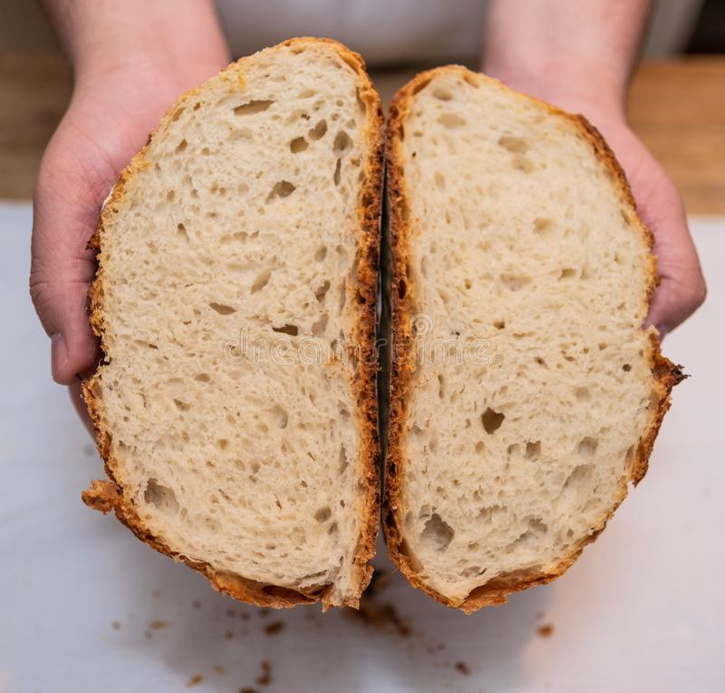 Przekrój poprzeczny świeżo piec bochenek chleb fotografia stock