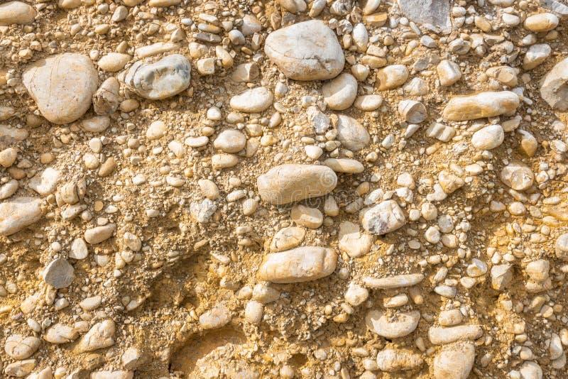 Przekrój poprzeczny ziemi, piaska i skały głazy, obraz royalty free