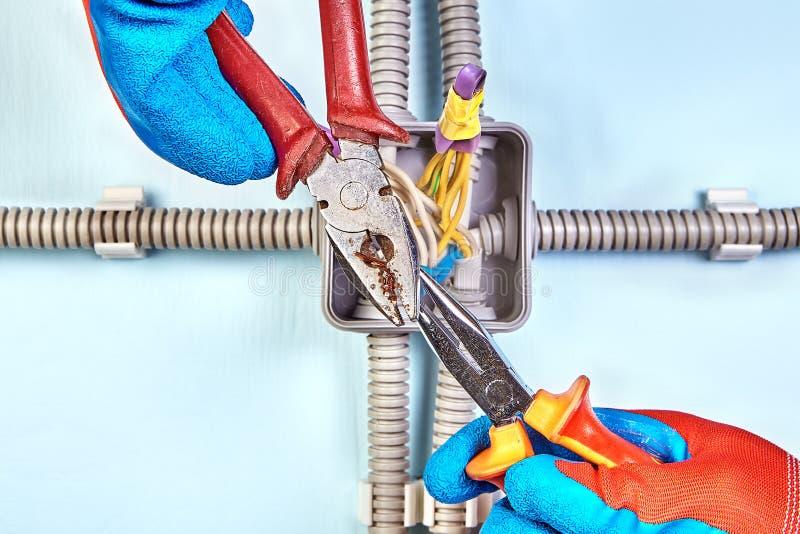 Przekręcający drut wpólnie, elektryczna praca obraz royalty free