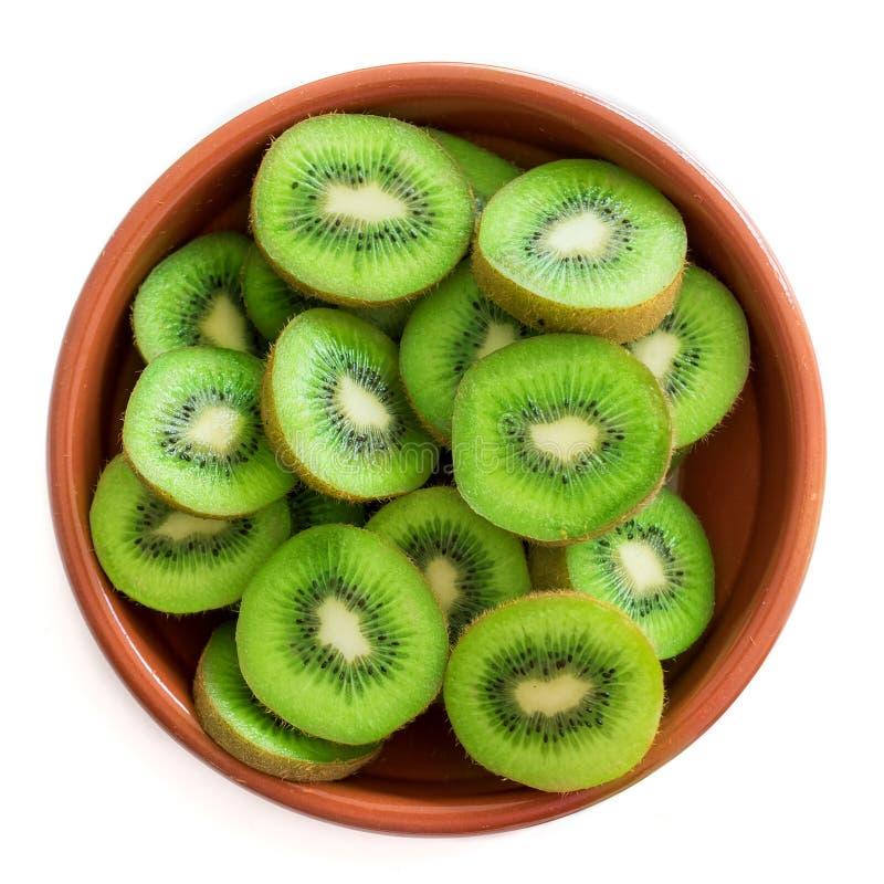 Przekrawająca kiwi owoc w pucharze odizolowywającym na białym tle Odgórny v obrazy royalty free