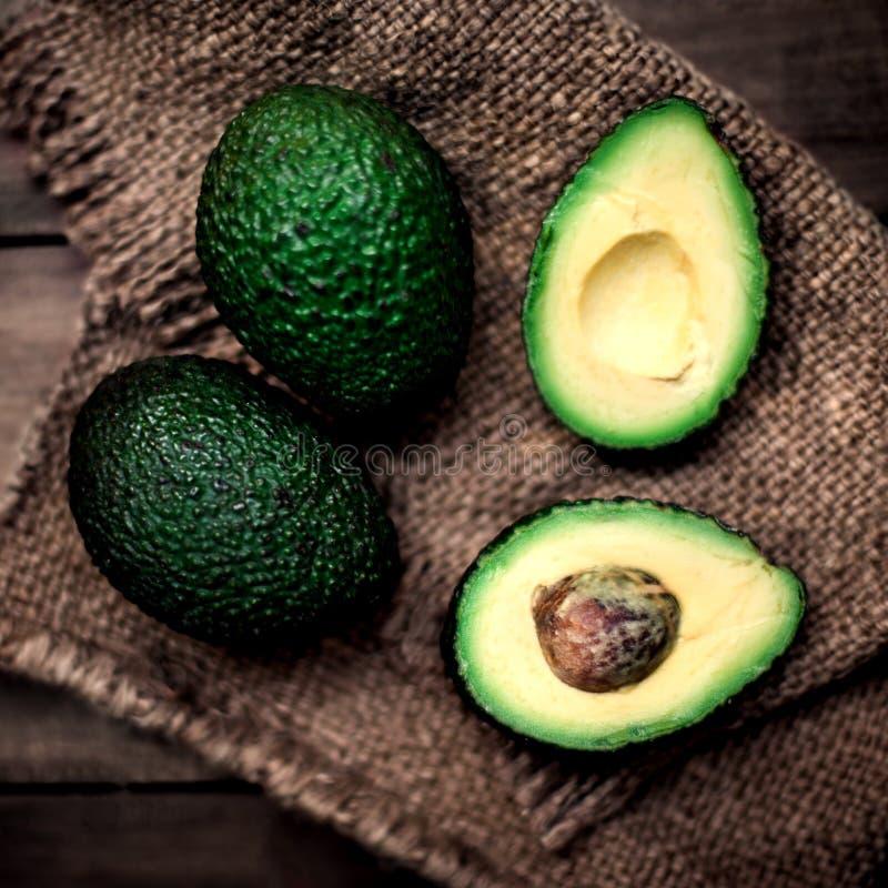 Przekrawający avocado na nieociosanym stole Odgórnego widoku avocados, wizerunek z obraz royalty free