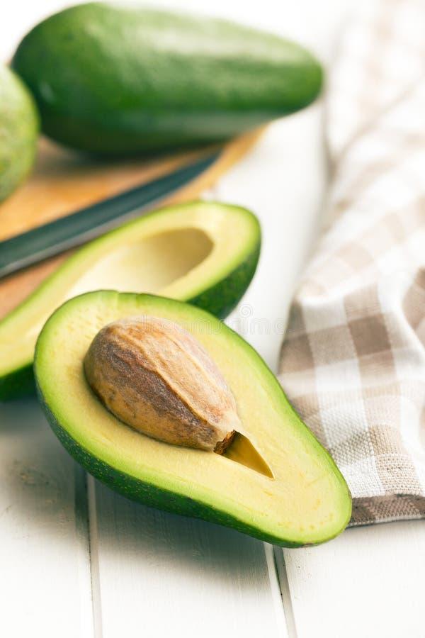 Przekrawający avocados zdjęcie royalty free