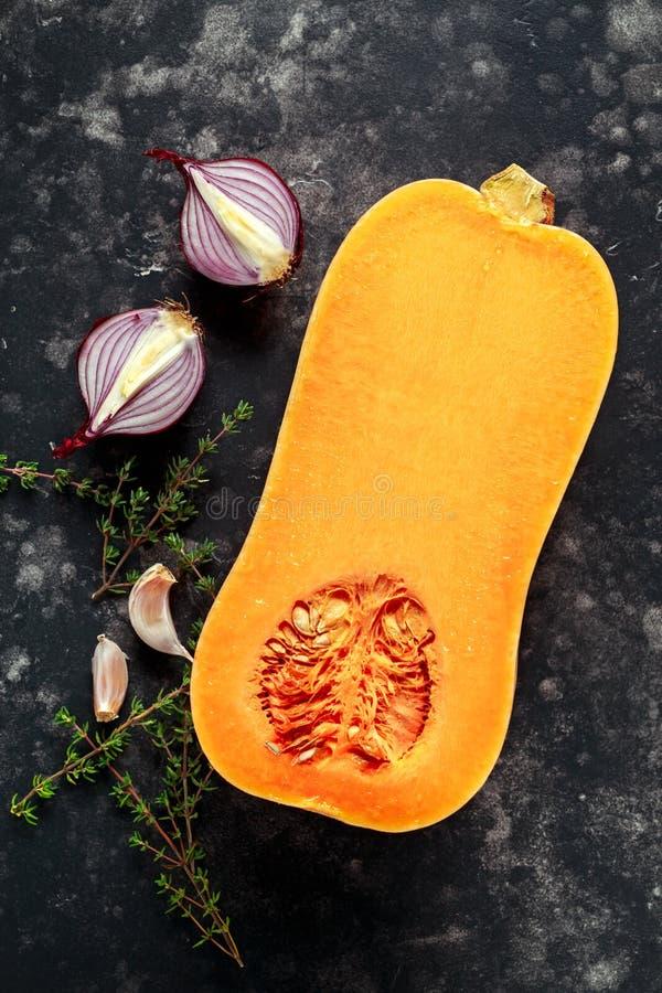 Przekrawający butternut kabaczek z czosnkiem, macierzanką i cebulami, zdjęcia stock