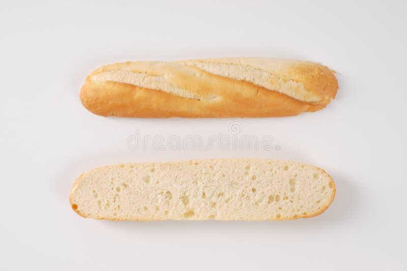 Przekrawający francuski baguette zdjęcie royalty free