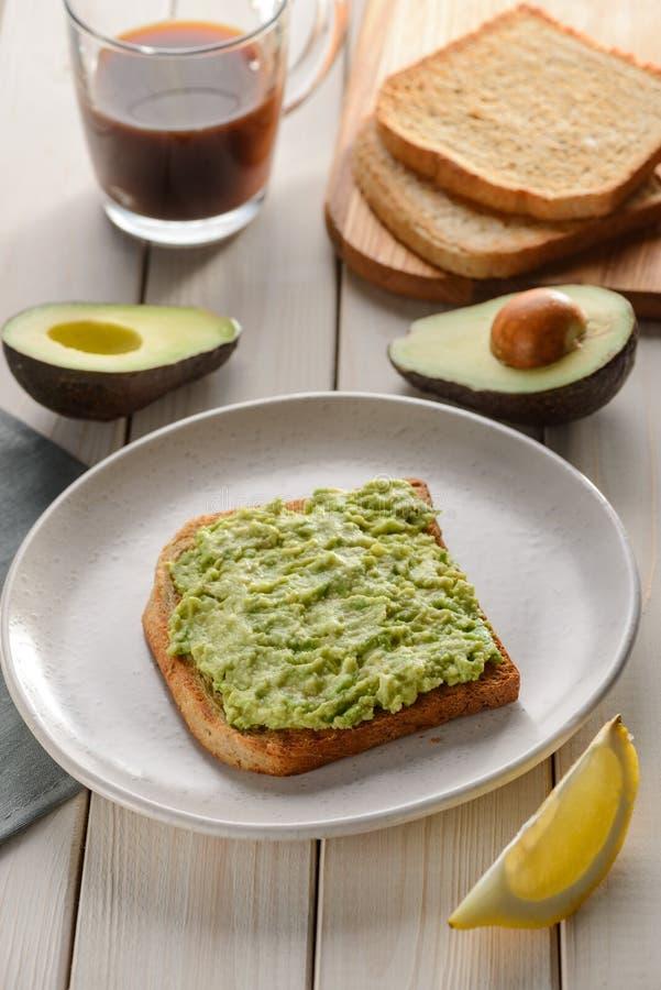 Przekrawający i mashed avocado zdjęcie royalty free