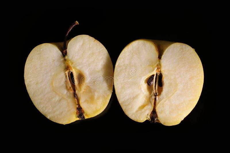 Przekrawający jabłko na czarnym miejscu zdjęcia stock