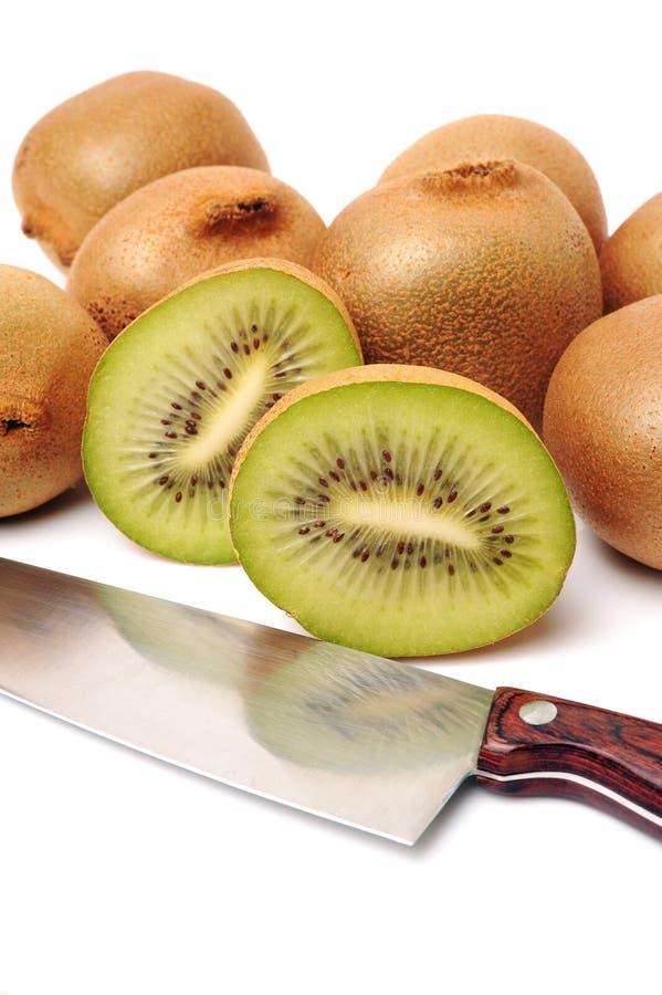 Przekrawający kiwi nóż i owoc zdjęcia royalty free