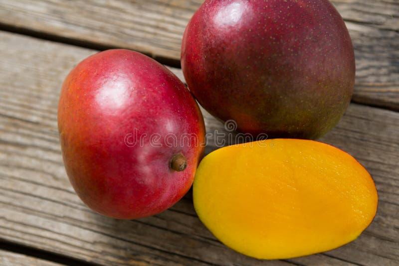Przekrawający mango na drewnianym stole obraz royalty free