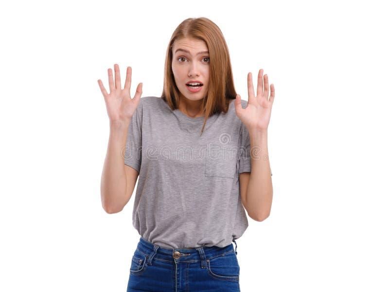 Przelękła dziewczyna, trzyma ręki przed ona z przelękłym spojrzeniem Odizolowywający na bielu obrazy royalty free