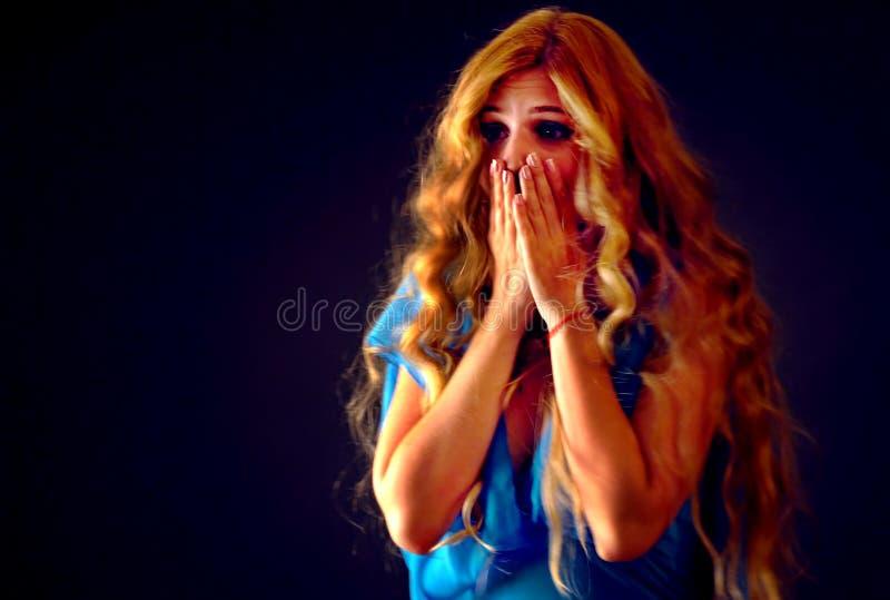 Przelękła kobieta krzyczy z strachem salowym przy Halloween nocą zdjęcia stock