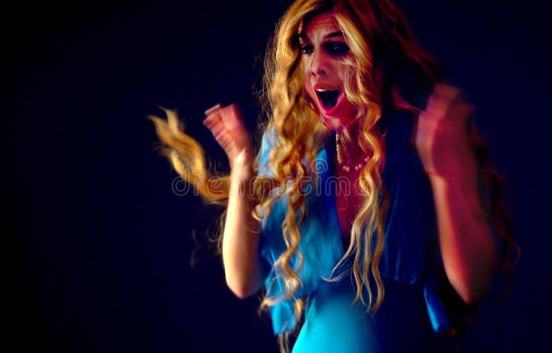 Przelękła kobieta krzyczy z strachem salowym przy Halloween nocą fotografia stock