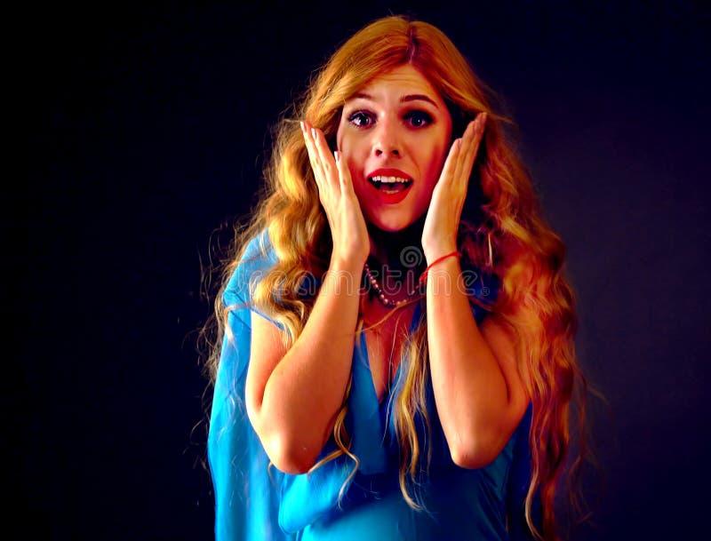 Przelękła kobieta krzyczy z strachem salowym przy Halloween nocą obraz royalty free