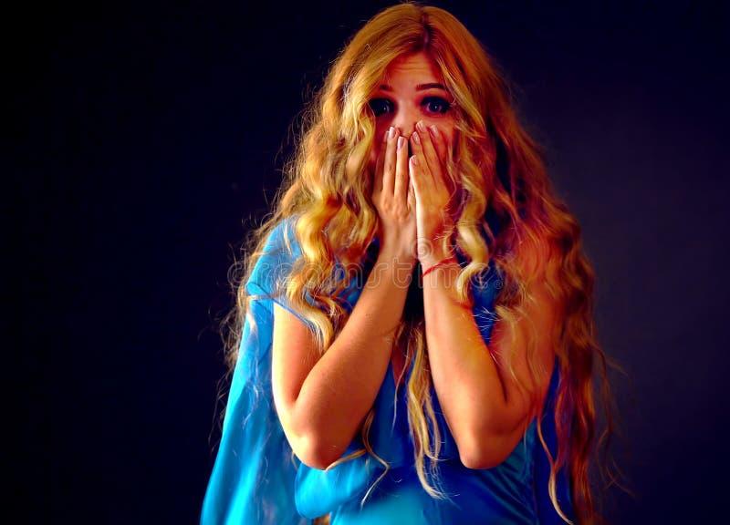 Przelękła kobieta krzyczy z strachem salowym przy Halloween nocą fotografia royalty free