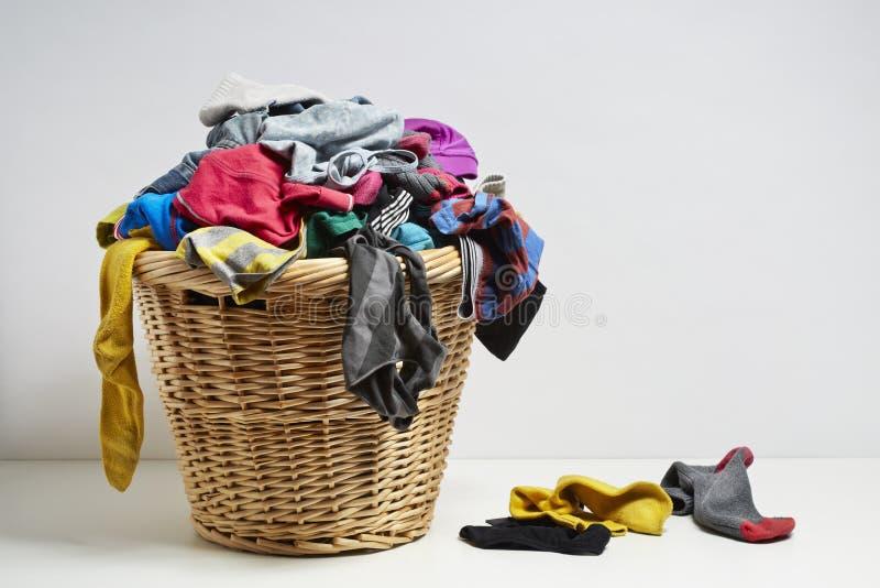 Przelewać się pralnianego kosz fotografia stock