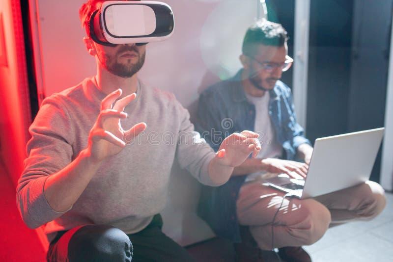Przelewanie dane kolega w VR gogle obrazy stock