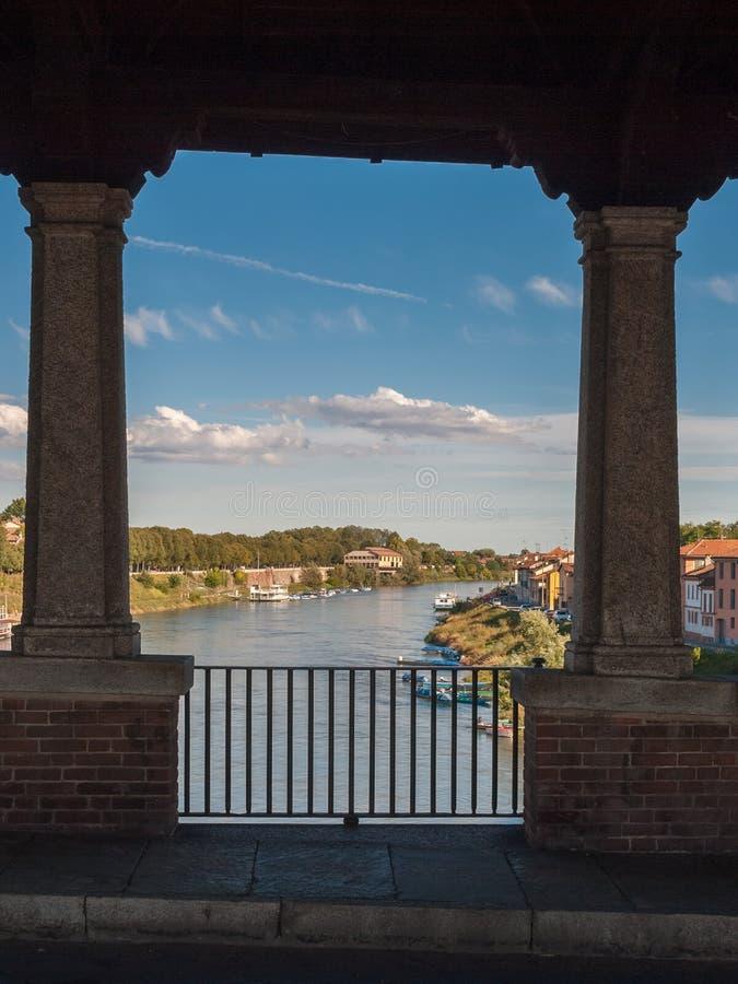 Przelotne spojrzenie rzeczny Ticino w Pavia przez otwarć Ponte Coperto obrazy royalty free