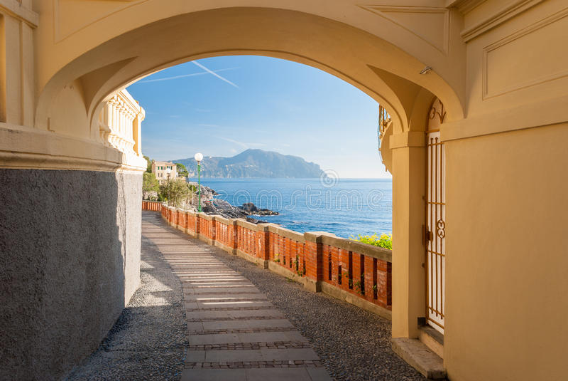 Przelotne spojrzenie trasa w Bogliasco, blisko genuy; cypel Portofino w tle obrazy royalty free
